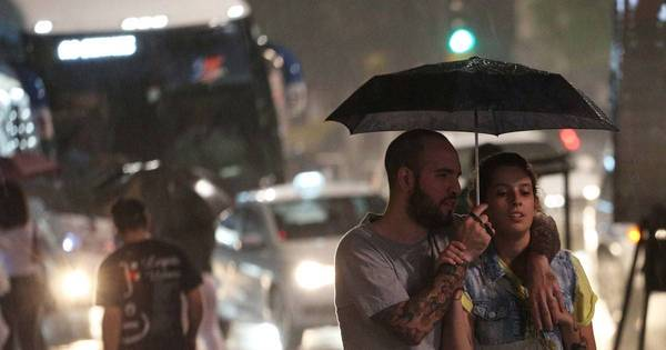 Fortes chuvas provocam alagamentos e quedas de árvores na capital