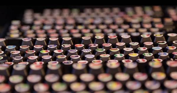 Incrível! Homem constrói teclado com mais de mil emojis - Fotos ...