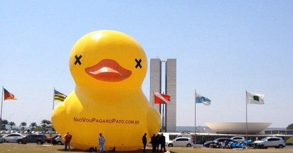 Pato gigante é colocado no gramado do Congresso Nacional em ...