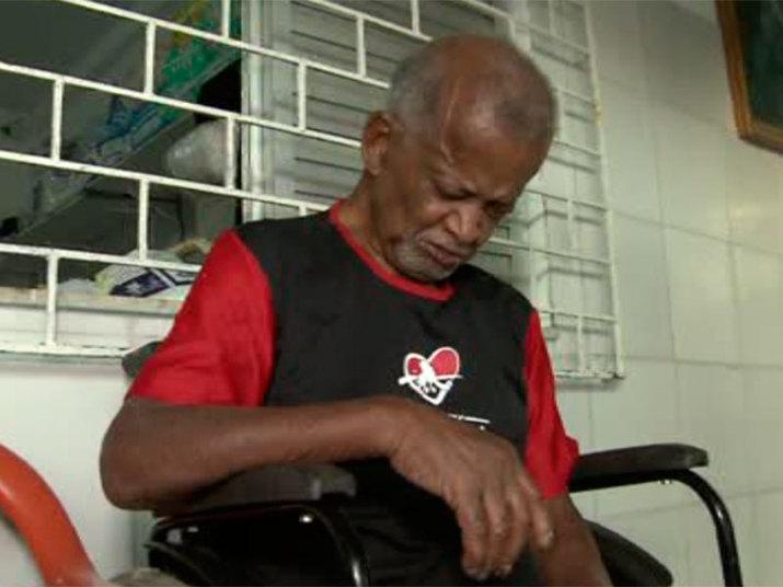 Um idoso de 83 anos foi abandonado pela família em um abrigo no bairro de Tubarão, na capital baiana. Manoel Ito Oliveira Conceição foi deixado no local, há um mês, pelo filho Miguel Jeremias Borges Conceição, que desapareceu