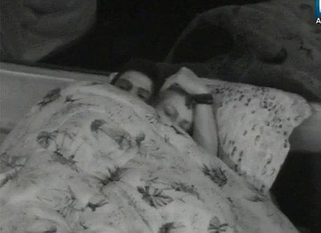 Veridiana e Marcelo terminam a noite juntos embaixo do edredom
