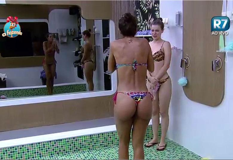 Carla tomando banho