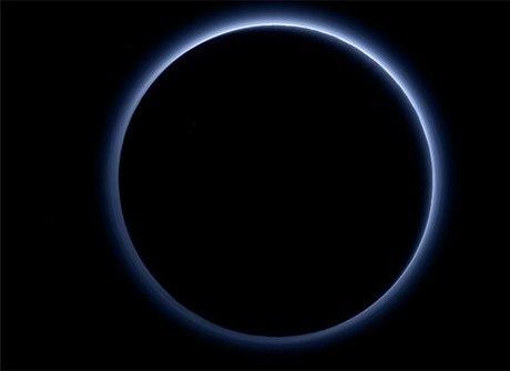 Imagem feita pela Nasa revela<br />que o céu de Plutão é azul