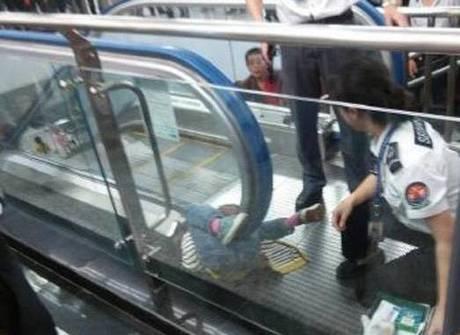 Em novo acidente, criança<br />morre presa em escada rolante