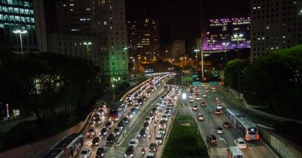 Motorista enfrenta congestionamento na saída para o feriado em SP ...