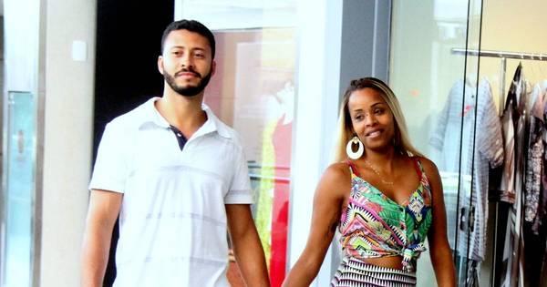 Roberta Rodrigues passeia com o namorado em shopping do Rio ...