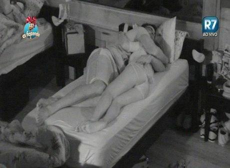 Li Martins termina noite na cama ao lado de João Paulo Mantovani