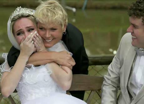 Apresentadora invade casamento e realiza grande sonho de uma fã