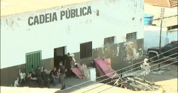 Polícia tenta recapturar 17 detentos que fugiram por buraco no ...