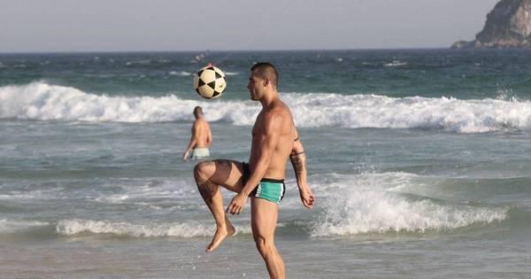 Ex-BBB Yuri Fernandes curte o dia de sol em praia do Rio de Janeiro