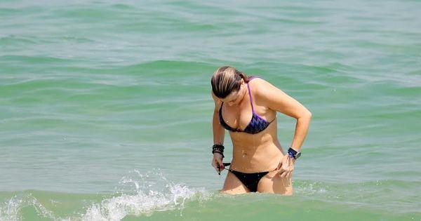 Aos 47 anos, Christine Fernandes exibe boa forma em dia de praia ...