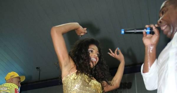 Ops! Vestido sobe e Juliana Alves paga calcinha enquanto samba ...