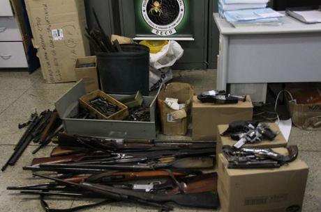 22/10/2015 - Com ajuda do Exército, Polícia do DF apreende armas de fogo em loja de Taguatinga
