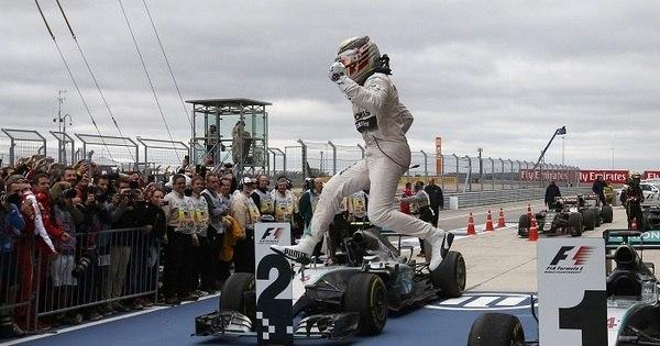 Taça para o alto, discurso e Elton John... Lewis Hamilton comemora ...