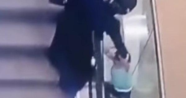 Criança de cinco anos cai dois andares ao brincar em escada rolante