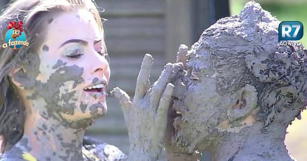 Após atividade surpresa, peões aproveitam a lama para se divertirem