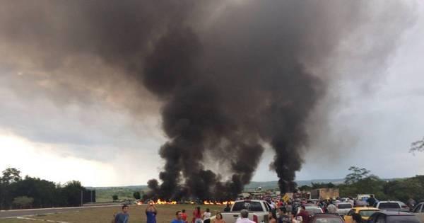 Em protesto contra cobrança de pedágio, moradores queimam ...