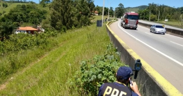 Motoristas enfrentam trânsito lento na BR-381 na saída para o feriado