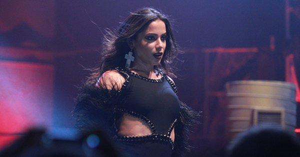 Anitta prova por que é a mais sexy de 2015 e faz caras e bocas em ...