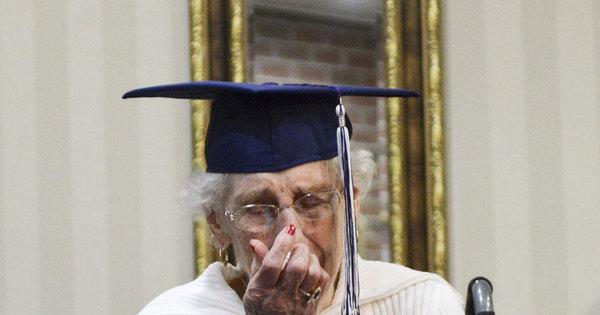 Senhora de 97 anos cai no choro ao conseguir diploma do Ensino ...