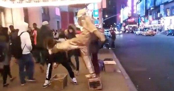 Estátua de rua mete o chute em ladrão que tentou roubar dinheiro ...