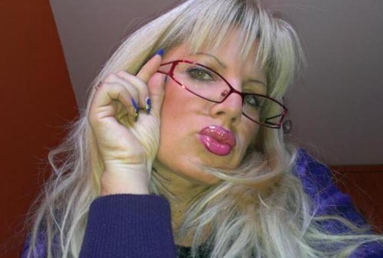 Suzana Alar, de 47 anos, dava aulas de música na escola em uma escola da cidade deVranje, na Sérvia. Trabalha como professora há 20 anos e, segundo ela, nunca foi acusada de qualquer incidente desagradável ou indecente durante toda a carreira. Agora, no entanto, está sendo investigada pelo conselho escolar depois de uma foto, onde ela aparece em pose sensual e mostrando os seios, ir parar nas redes sociais