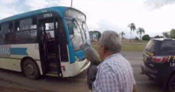 Vídeo: PRF obriga motorista de ônibus a voltar para pegar ...