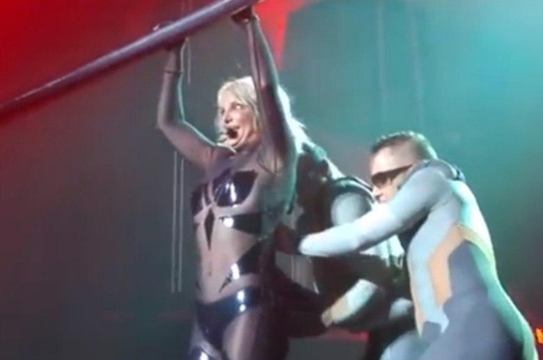 Britney Spears passou um sufoco durante uma apresentação, nos Estados Unidos. O zíper do macacão que ela vestia abriu de repente, e quase mostrou demais. De uma coisa a gente já sabe: ela nunca mais vai se esquecer de conferir se está tudo ok com o look