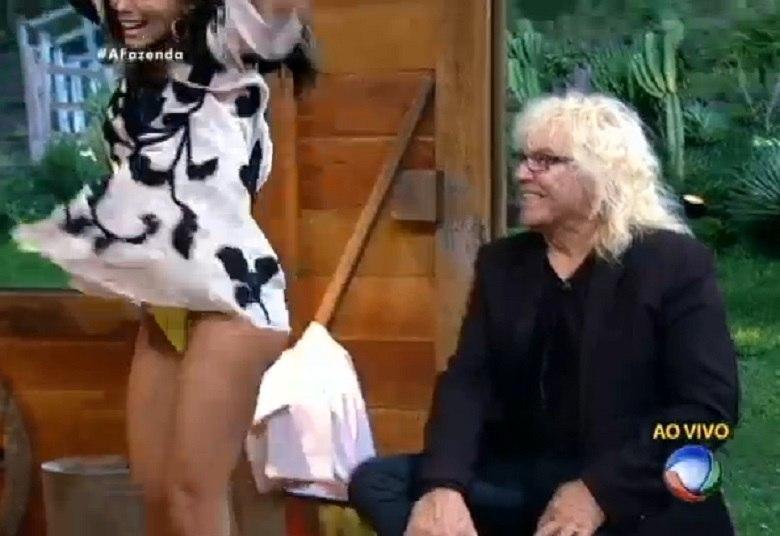 Carla Prata protagonizou recentemente mais um episódio entre as famosas que já foram traídas pelas roupas. A peoa não conseguiu esconder a alegria de voltar de uma Roça no reality show A Fazenda e acabou mostrando demais. A cor amarela nunca foi tão comentada nas redes sociais!
