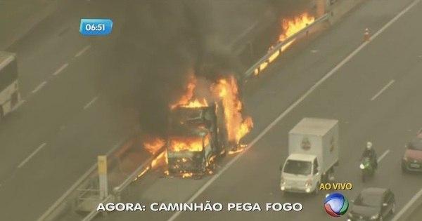 Caminhão pega fogo na Rodovia Anhanguera - Notícias - R7 São ...