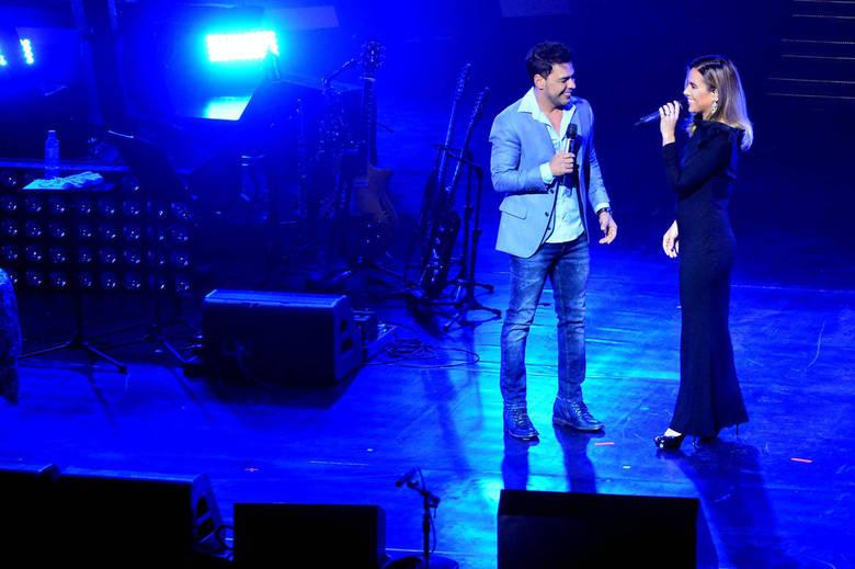 Um dos momentos mais emocionantes da noite foi o dueto surpresa entre Zezé Di Camargo e a filha, Wanessa