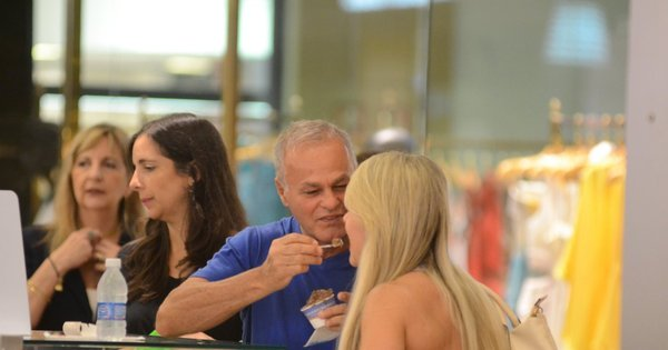 Só love! Kadu Moliterno dá sorvete na boca de namorada sarada ...