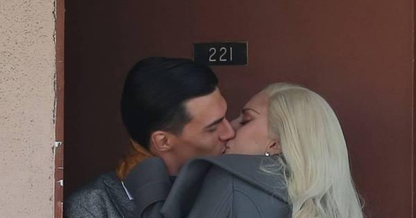 Lady Gaga beija muito em varanda de motel - Fotos - R7 Pop