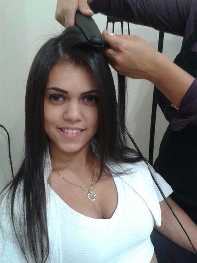 Após o procedimento, o cabeleireiro faz escova e chapinha para selar o tratamento, que é sem formol