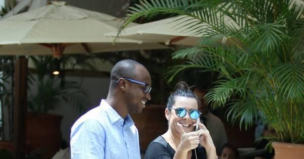 De microshort, Fernanda Souza passeia com Thiaguinho e esbanja ...