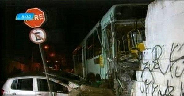 Ônibus arrasta carro e bate em muro de escola na região de Venda ...