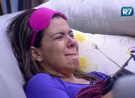 Rayanne lê a carta que ganhou da família e peões caem no choro