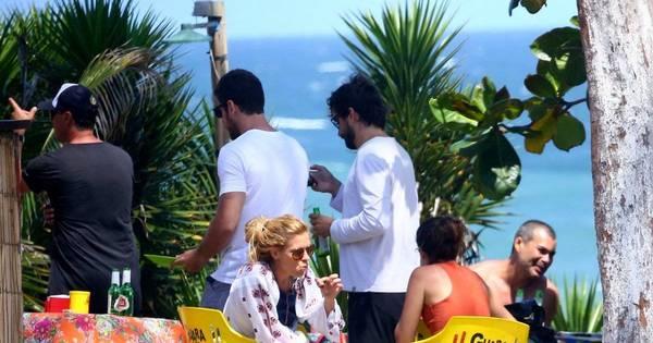 Carolina Dieckmann faz boquinha em churrasco em dia de praia no ...