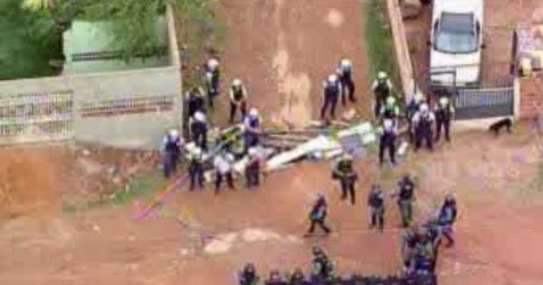 Polícia e moradores se enfrentam durante derrubada de casas no ...
