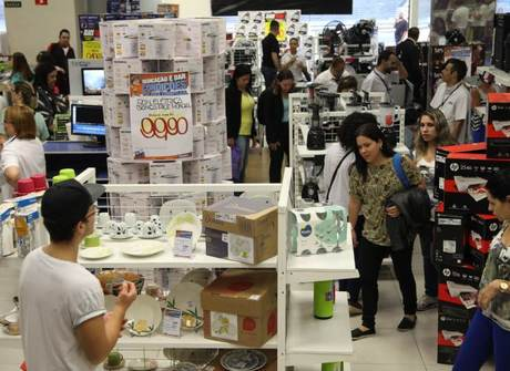 Compradores aproveitam ofertas em várias lojas do País. Confira