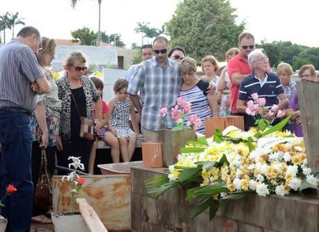Corpo do pai de Ana Paula Arósio<br />é enterrado no interior de SP