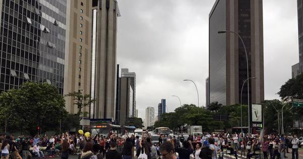 Estudantes fecham o cruzamento das avenidas Faria Lima e ...