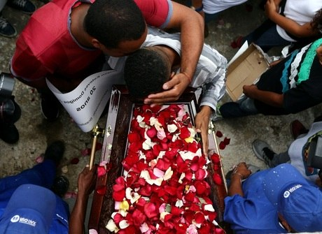 Protesto marca enterro de 4 jovens que tiveram carro fuzilado por PMs