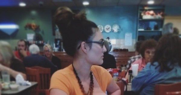 Mulher recebe olhares julgadores enquanto amamenta em público ...