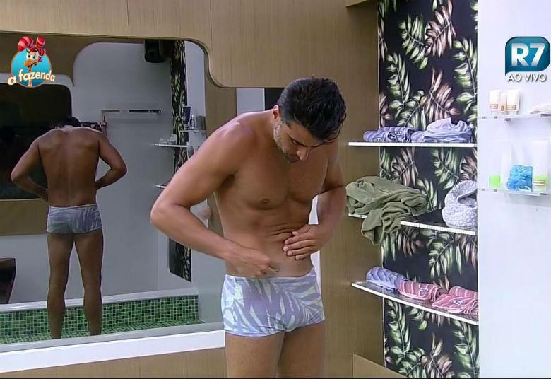 """Na noite desta quinta-feira (3), JP Mantovani, que enfrenta Douglas Sampaio na Roça, aproveitou o banho para manter a depilação em dia. Será que ele está planejando ir para a votação sem camisa?+""""Para aguentar isso aqui tem que ter nervos de aço e coração de pedra"""", diz Douglas sobre o confinamento+Luka Ribeiro olha para Douglas e Rayanne e dispara: """"Tenho pena""""+Aguenta, coração! Relembre as emocionantes cartas de despedida deixadas pelos peões de A Fazenda"""