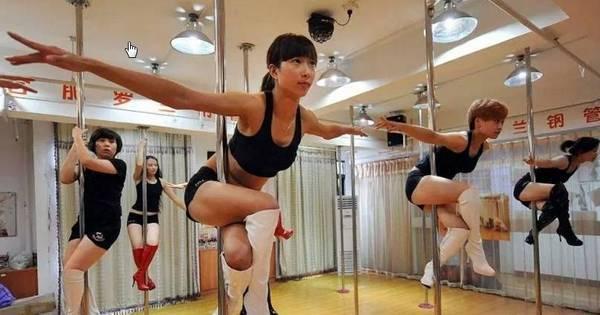 Não tá fácil! Mulherada na China sobe no pole dance e sofre ...