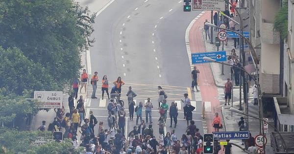 PM age com violência em mais um protesto estudantil. Veja imagens