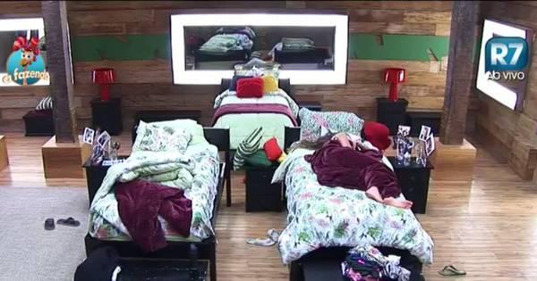 Turma do Ronco: Peões descansam durante a tarde do último ...