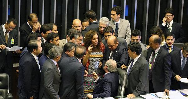 Durante confusão na Câmara, deputados quebram urnas da ...