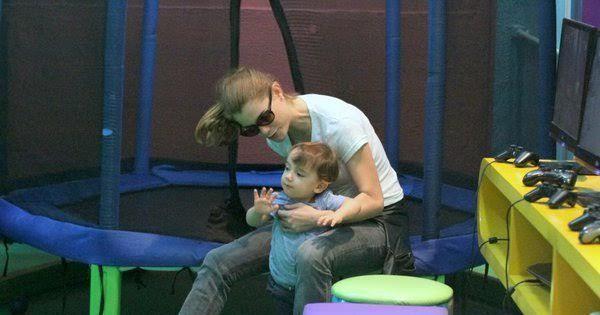 Que fofura! Alinne Moraes brinca com o filho em shopping carioca ...